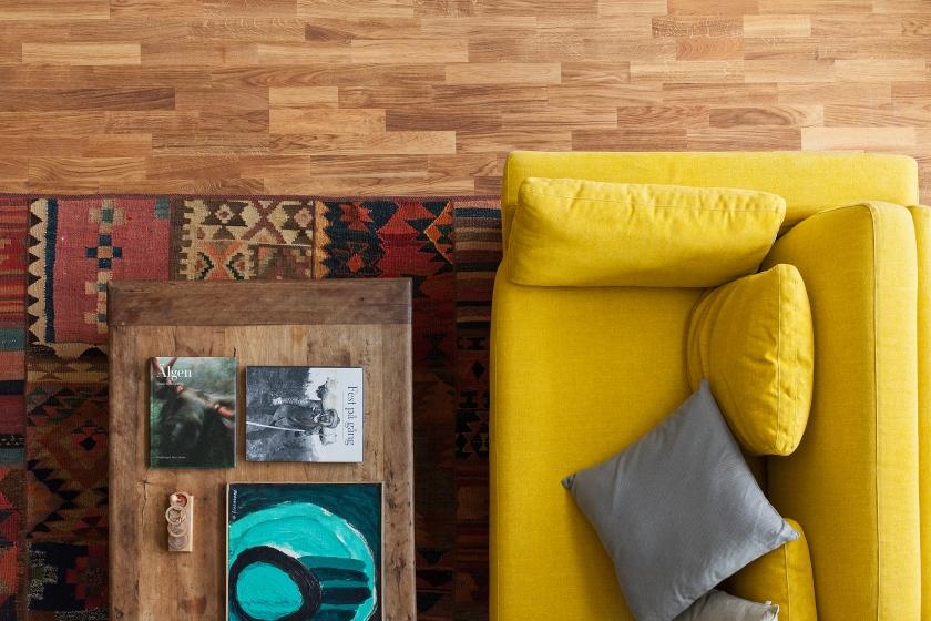 Soffa soffbord böcker matta gult