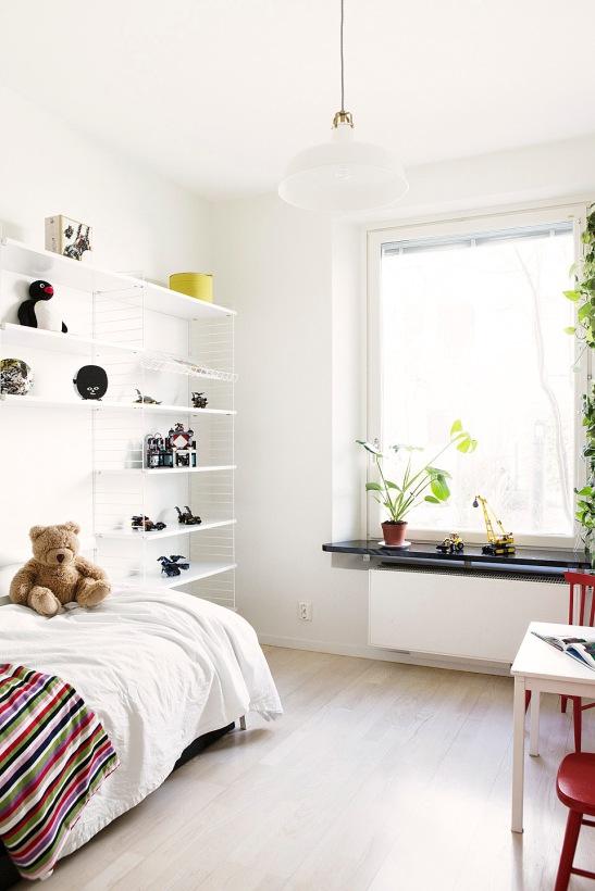 Sovrum String bokhylla barn nalle fönster