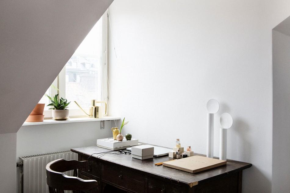 takvåning skrivbord stol ljus fönster
