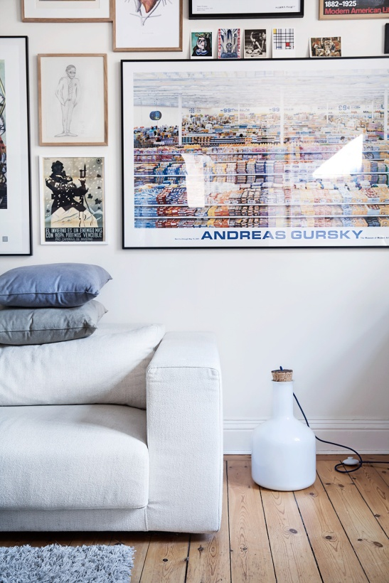 Tavla Andreas Gursky soffa lampa kuddar vardagsrum