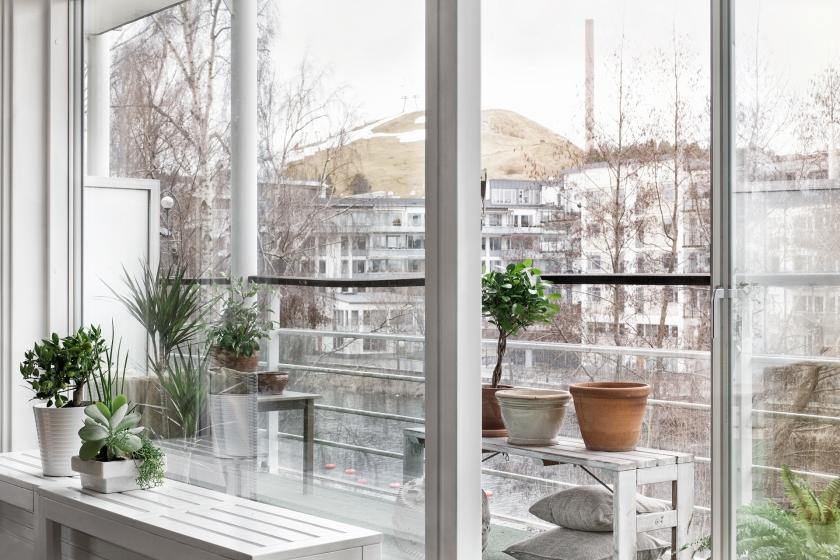 Utsikt balkong bänk växter Sjöstaden