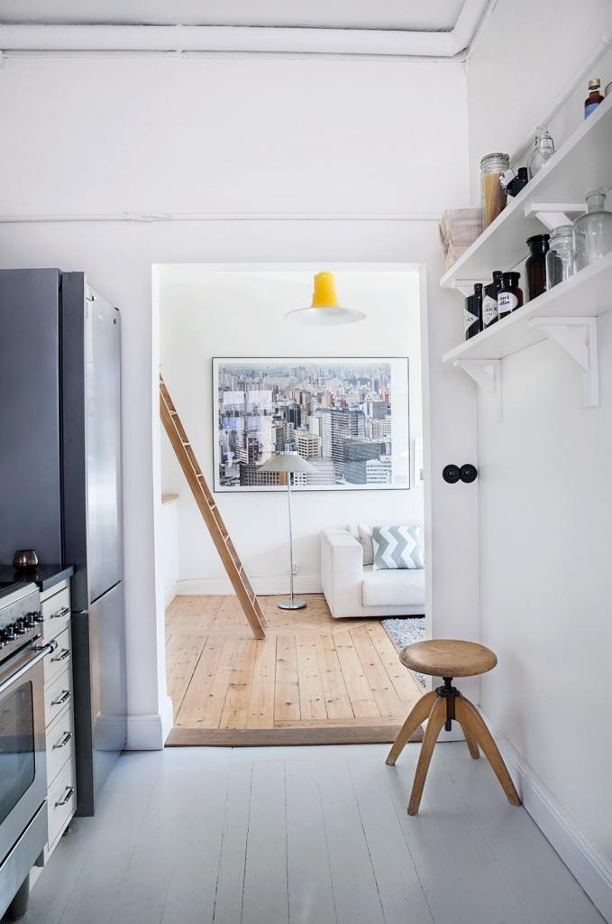 Vardagsrum loft stege soffa konst pall kök
