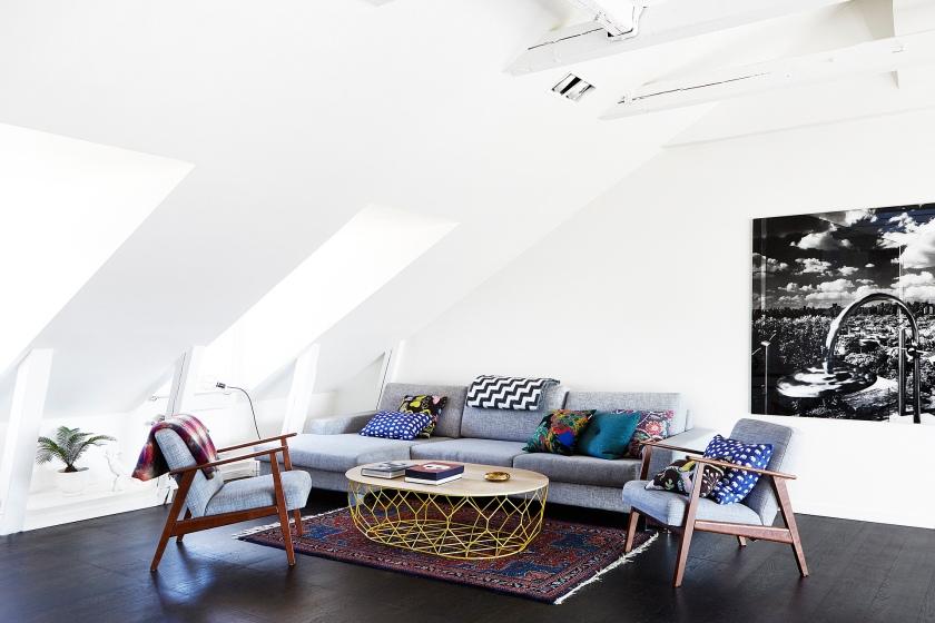 Vardagsrum soffa kuddar soffbord konst takvåning