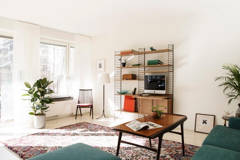 vardagsrum soffbord matta String bokhylla stol soffa