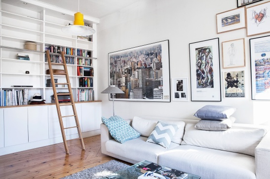 Vardagsrum stege bokhylla konst soffa kuddar