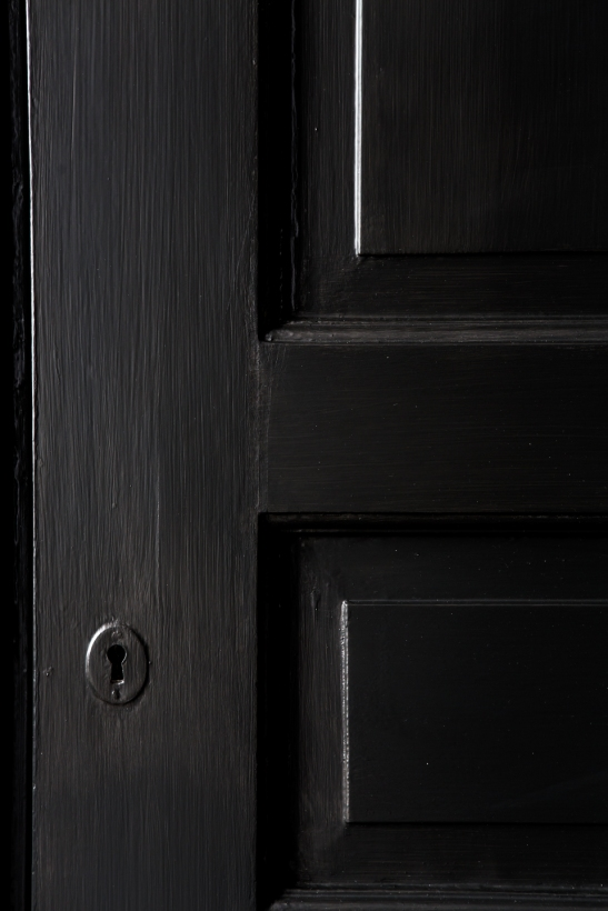 Bromma svart målad dörr