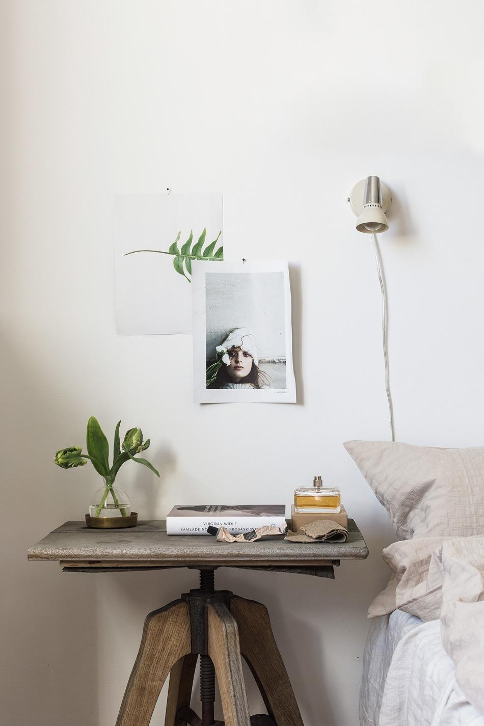 Östermalm sovrum träbord tulpaner vägglampa