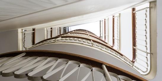 Östermalm trappuppgång trappa träräcke smide våningsplan