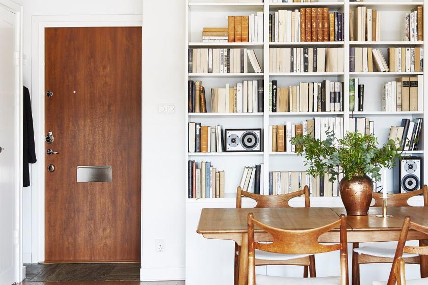 Östermalm vardagsrum bokhylla matsalsbord träbord trästolar stolar