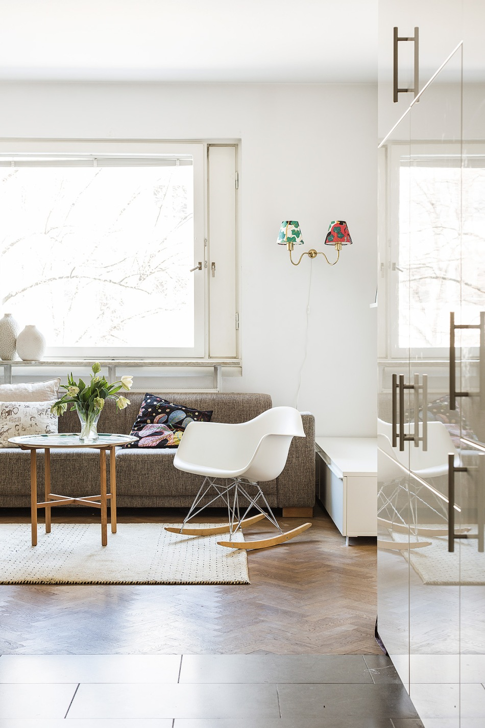 Östermalm vardagsrum köksklinkers fiskbensparkett fotölj soffa vägglampa