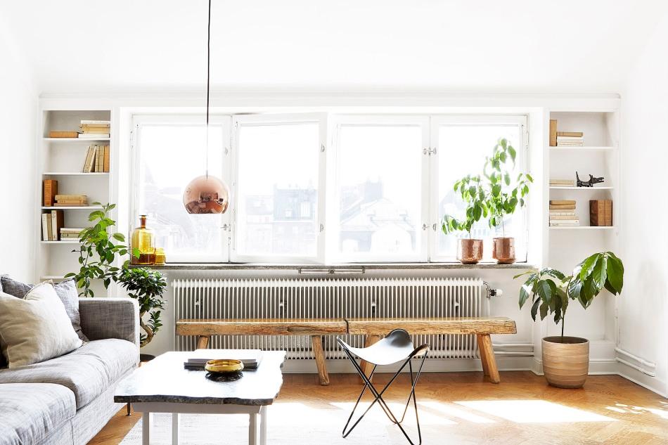 Östermalm vardagsrum kopparlampa marmorbord ljugarbänk träbänk lackad