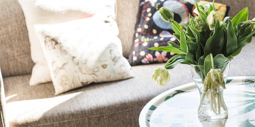 Östermalm vardagsrum soffa runt soffbord svenskt tenn
