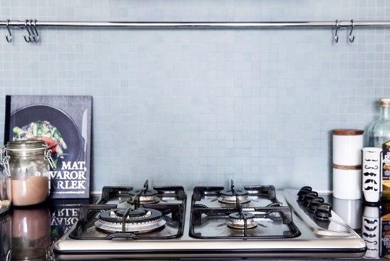 Hammarby sjöstad kök medelhavsblått finrutigt kakel gasspis