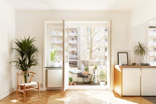 kungsholmen-vardagsrum-parkett-mot-balkong-ljus