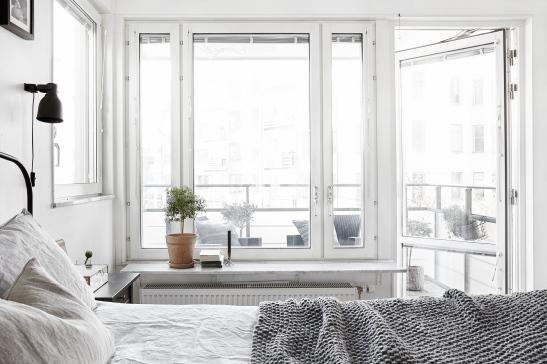 Lilla essingen sovrum mot balkong utsikt olivträd