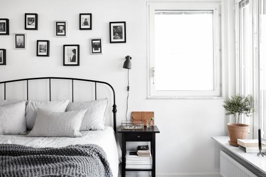 Lilla essingen sovrum tavelvägg fönster