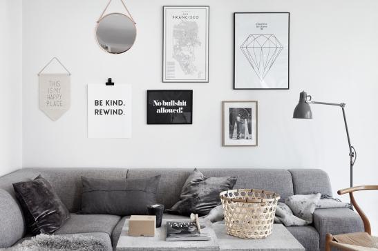 Lilla essingen vardagsrum vägg konst grått stilrent