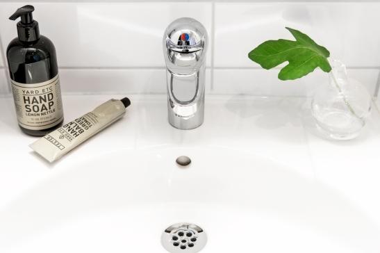 Norrmalm badrum vitt kakel yard etc hand soap