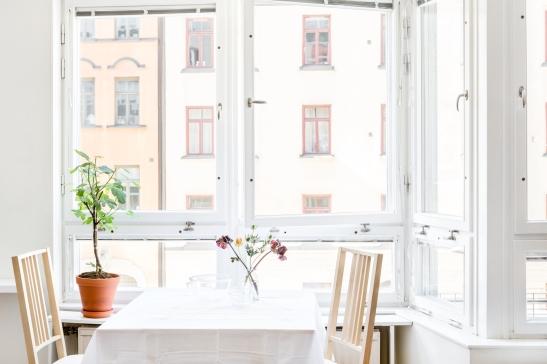 Norrmalm fönster ljus matbord matstolar