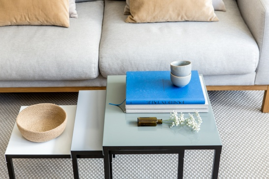 Norrmalm vardagsrum bord tripp trapp beige kungsblått