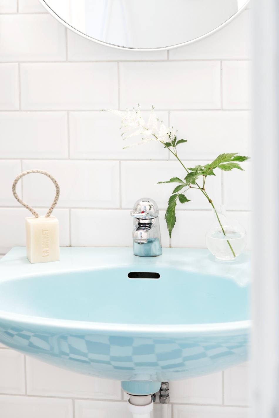 Södermalm badrum blått handfat romanitk chackklinkers lilla bruket