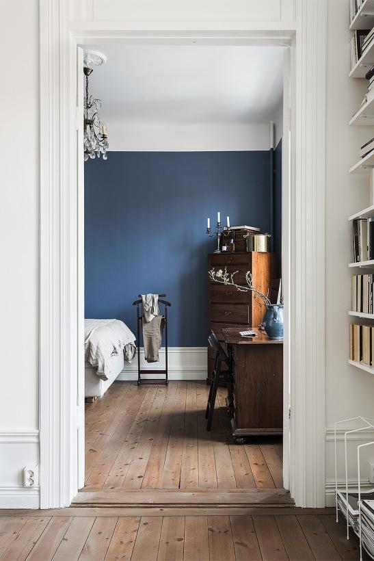 Södermalm sovrum dörrfoder blå vägg trägolv