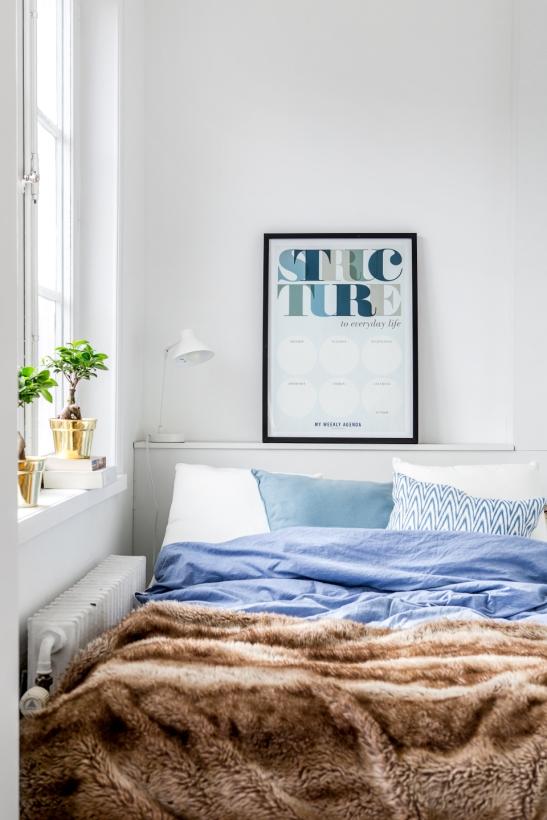 Södermalm sovrum konst mässingkruka säng fönster