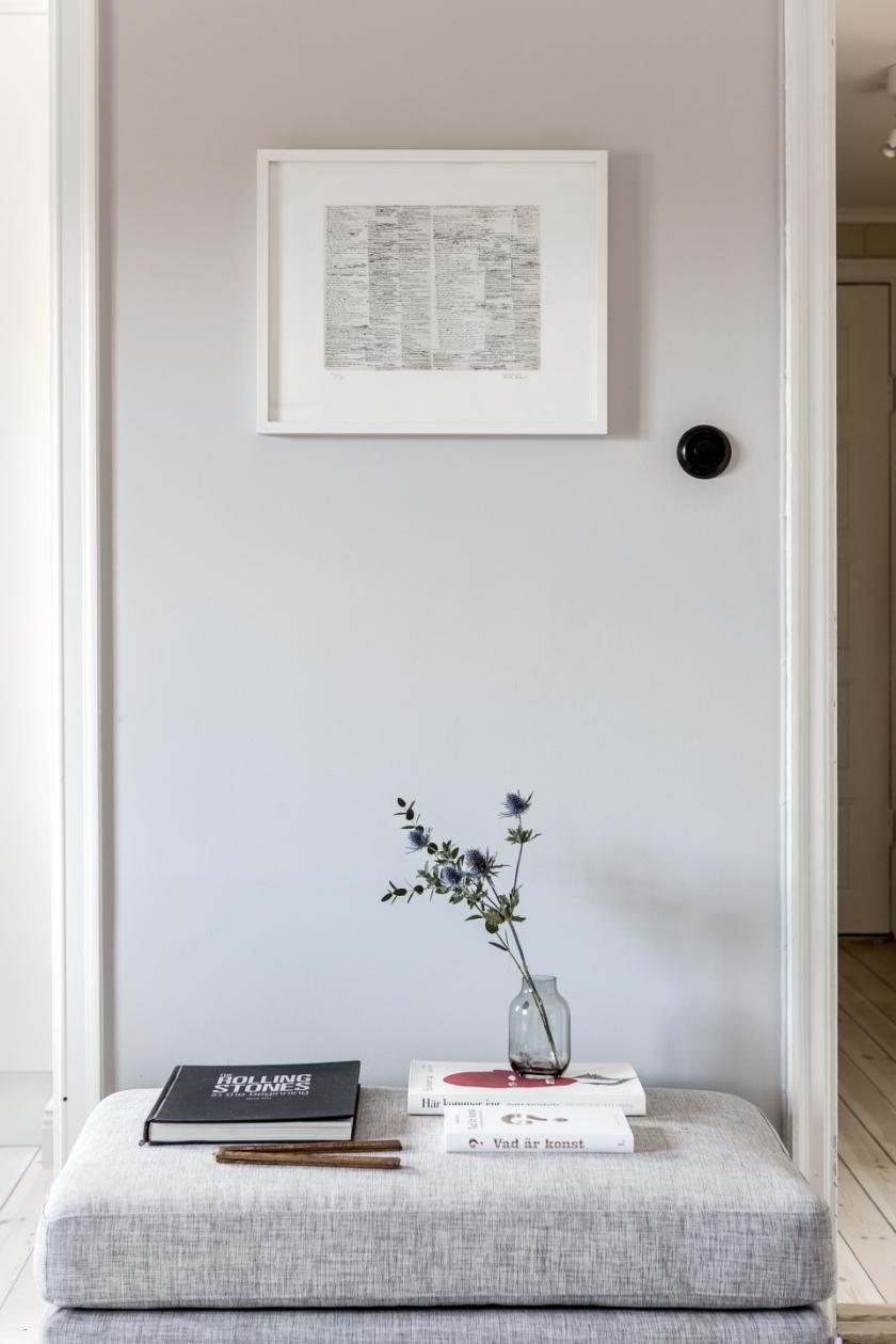 Södermalm vardagsrum fotpall svart lampknapp tavla konst