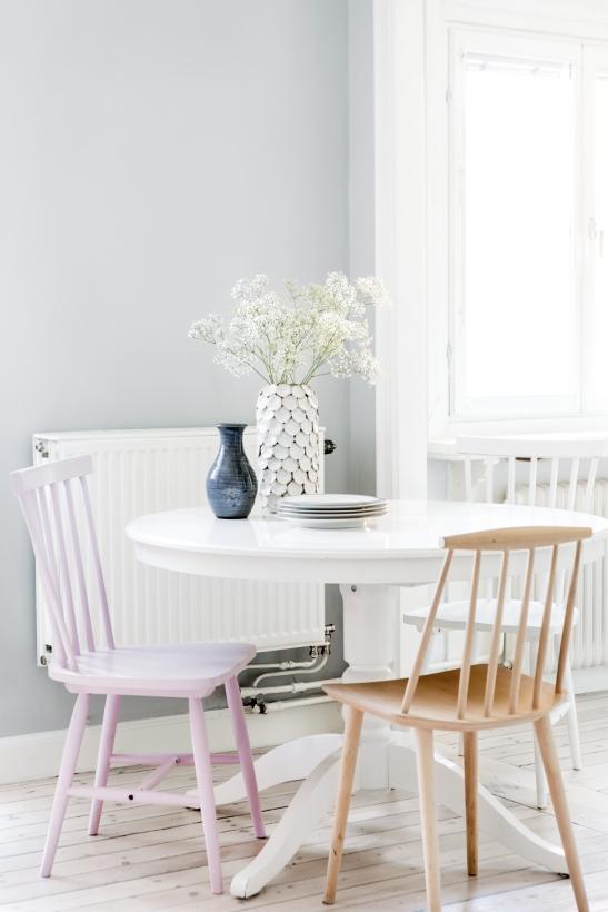 Södermalm vardagsrum grått vitt rosa natur matsalsbord matsalsstolar