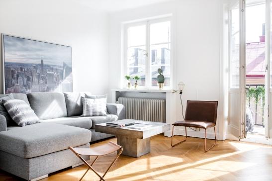 Södermalm vardagsrum soffa balkong ljust läge