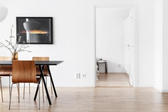 sjöstaden-matsal-bord-vit-svart-tavla
