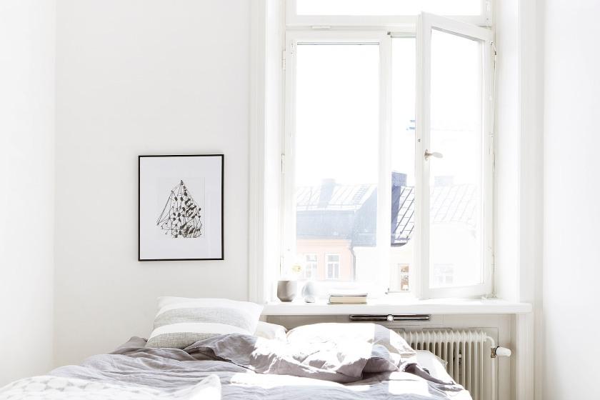 Sofo sovrum säng sekelskiftesfönster ljus utsikt