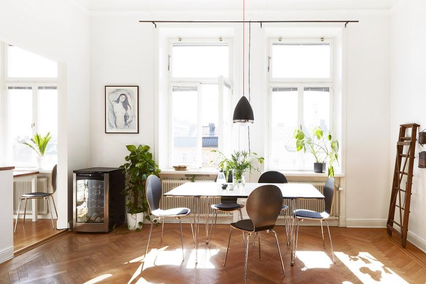 Sofo vardagsrum matsalsbord djup fönsternisch kökslampa