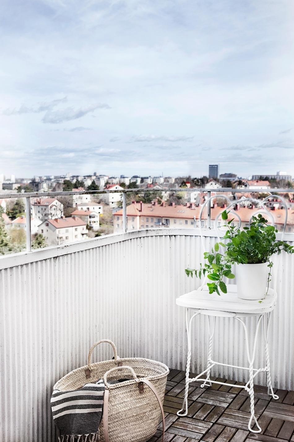 Stora Essingen balkong utsikt vårblommor