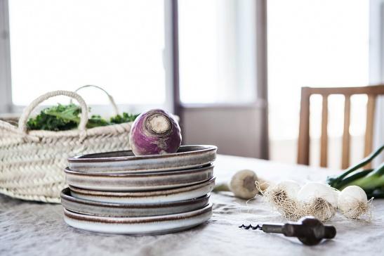 Stora Essingen vardagsrum matsalsbord granit stenporslin rotfrukter vinöppnare ekologiskt