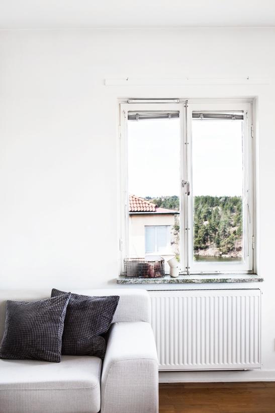 Stora Essingen vardagsrum soffa fönster utsikt persienner