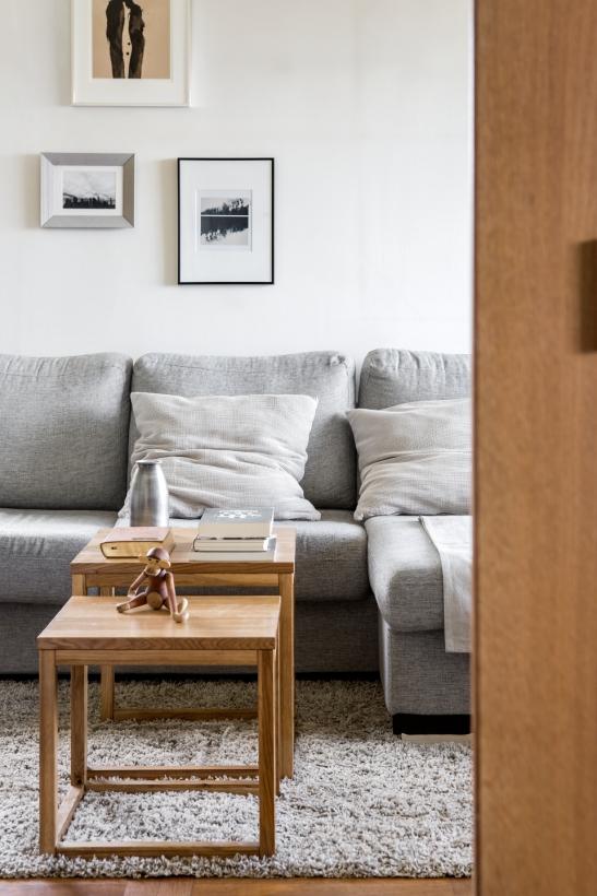 Stora Essingen vardagsrum soffa soffbord tavlor konst tavelvägg
