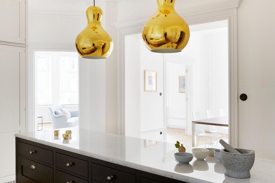 vasastan-kök-bänkskiva-marmor-mässinglampa