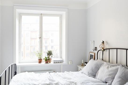 vasastan-säng-fönster-mot-innergård