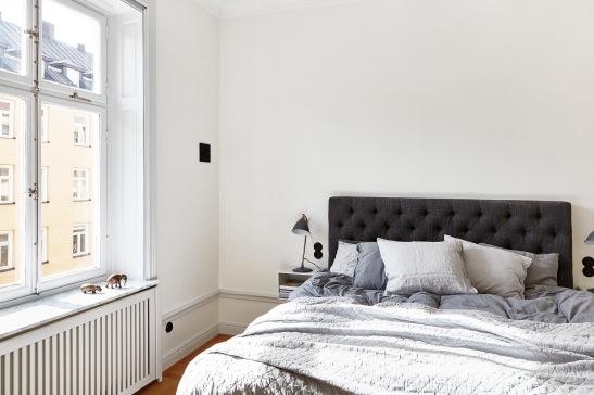 vasastan-sovrum-säng-ljus-fönsterbräda-marmor