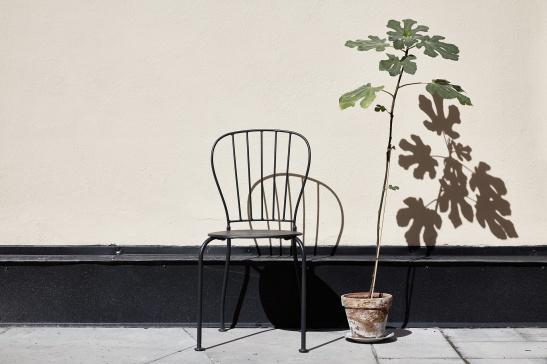 Vasastan uteplats innergård stol blomma skuggor