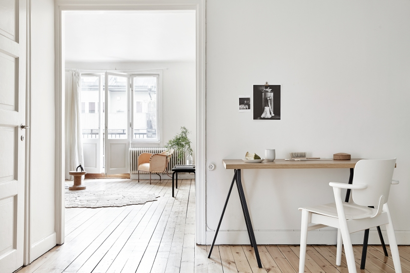bondegatan stockholm vardagsrum white beige black skin chair cork skrivbord nordisk design naturlig dahl agenturer artek armadillo living room fantastic frank