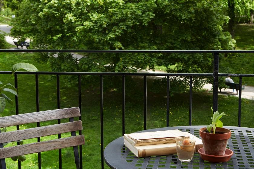 Drottningholmsvägen 2 stockholm balcony bördigt grass green plant books fence fantastic frank