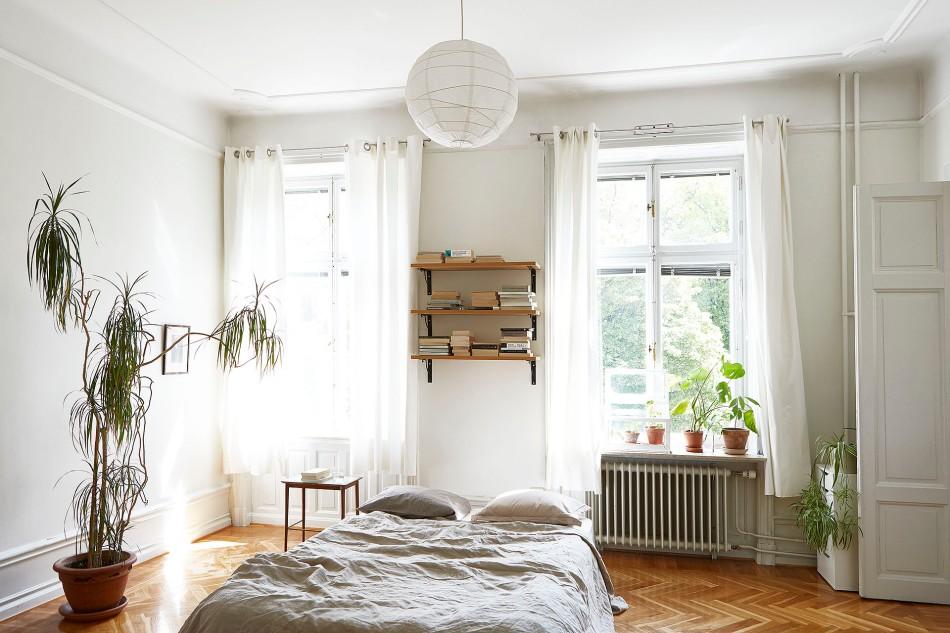 Drottningholmsvägen 2 stockholm bedroom white grey plants shelf fiskbensparkett bed  windows fantastic frank