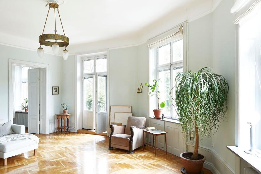 Drottningholmsvägen 2 stockholm livingroom mint stuckatur windows balcony plants fiskbensparkett fantastic frank