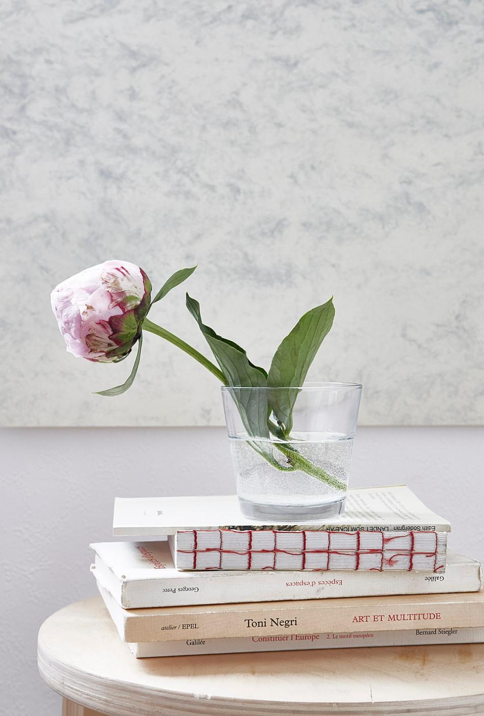 Enskede sovrum blomma marmorvägg böcker ro