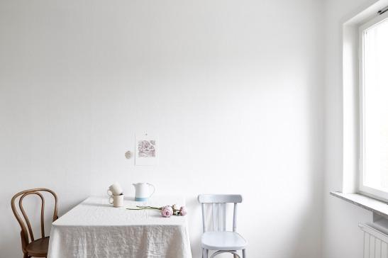 Enskede vardagsrum enkelt matbord två stolar blomma