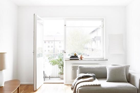 Enskede vardagsrum soffa balkong ljus sideboard