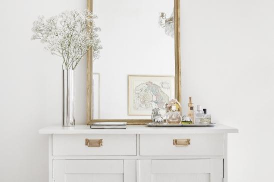 Hammarby sjöstad hall spegel vitmålad byrå mässingdetalj