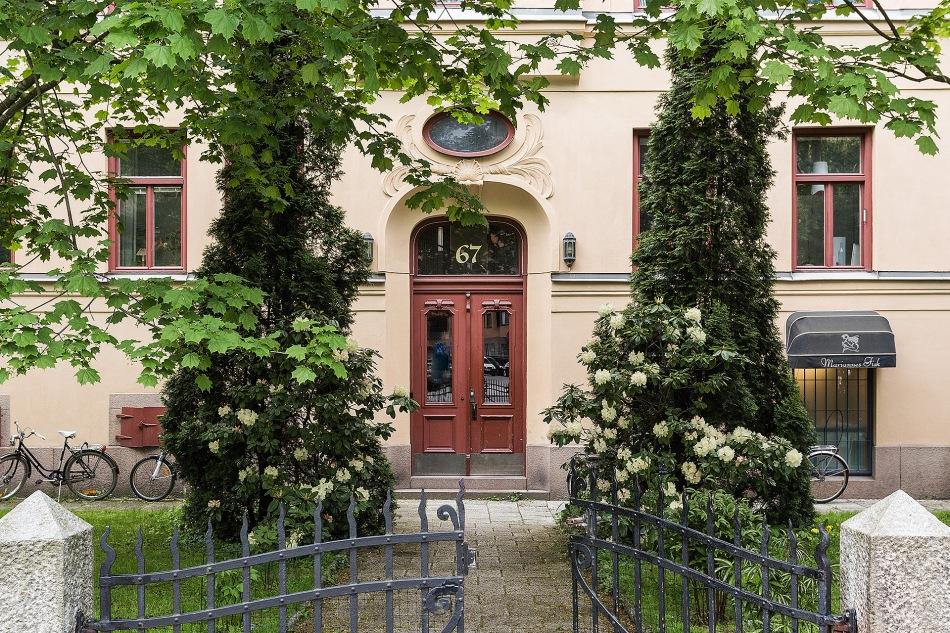 Karlbergsvägen 67 stockholm gate garden green fasad yellow red grus fantastic frank
